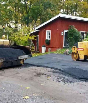 Omakotitalon pihan pohjatyöt ja asfaltointi